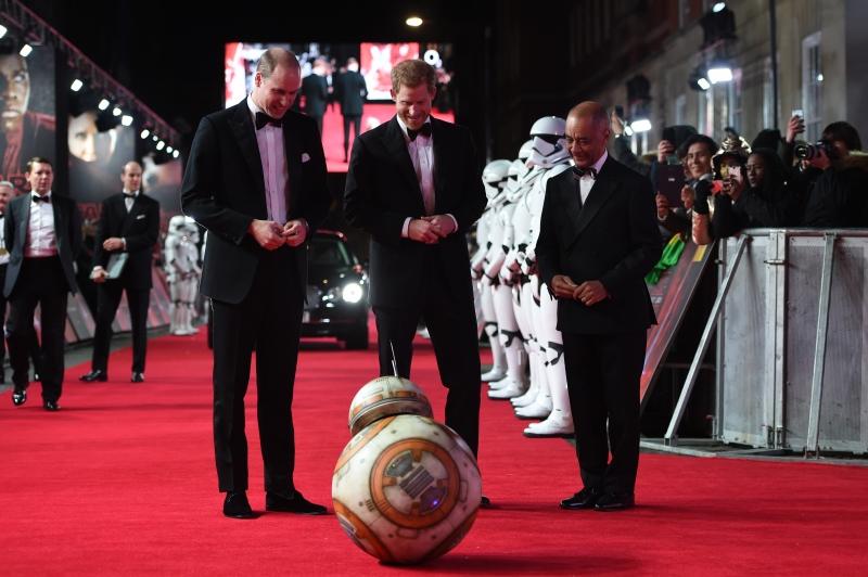 Príncipes William e Harry são recebidos por robô em première do novo Star Wars