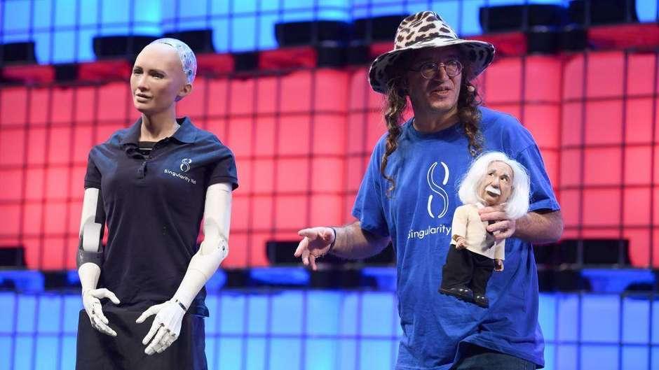 Robôs humanoides comandam bate-papo sobre inteligência artificial