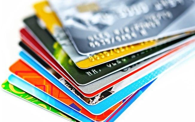 Os juros do cartão de crédito e do cheque especial caíram no ano passado, mas continuaram acima de 300% ao ano