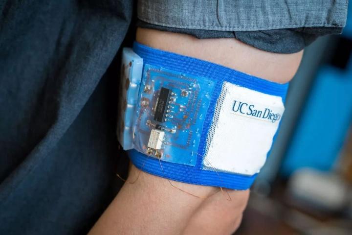 Dispositivo para usar que pode refrescar ou aquecer o corpo humano rapidamente
